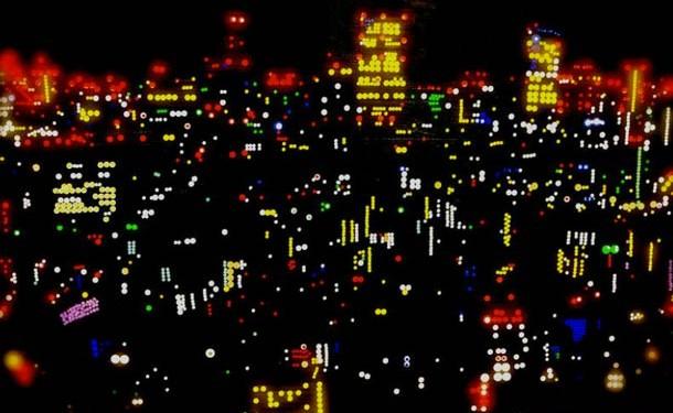 Las luces de ciudades japonesas replicadas con sticker de colores