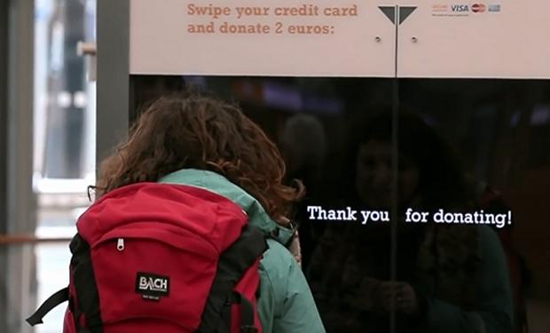 Carteles interactivos para donaciones instantáneas
