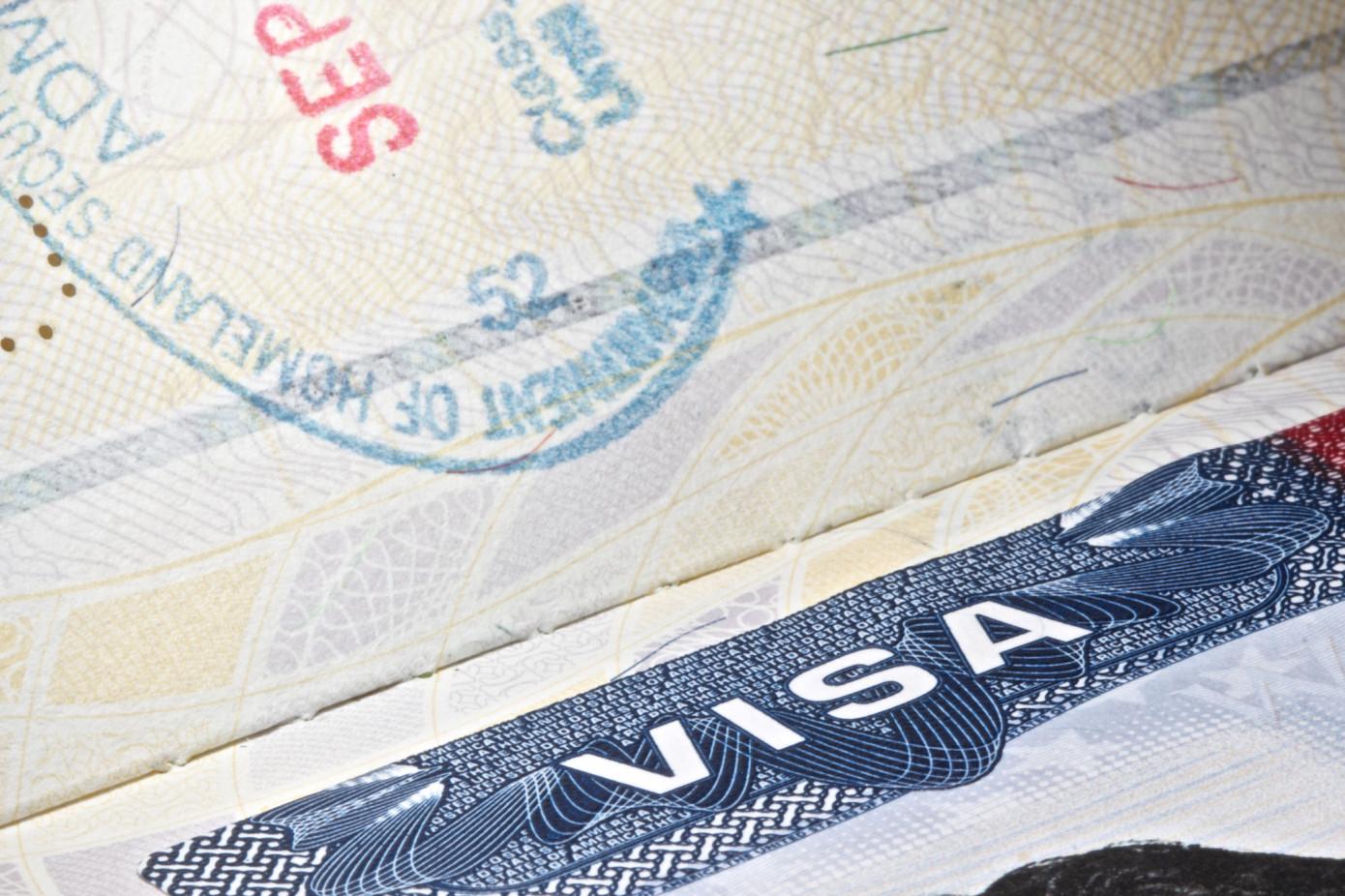 Estados Unidos comienza a examinar las redes sociales para casi todos los solicitantes de visa