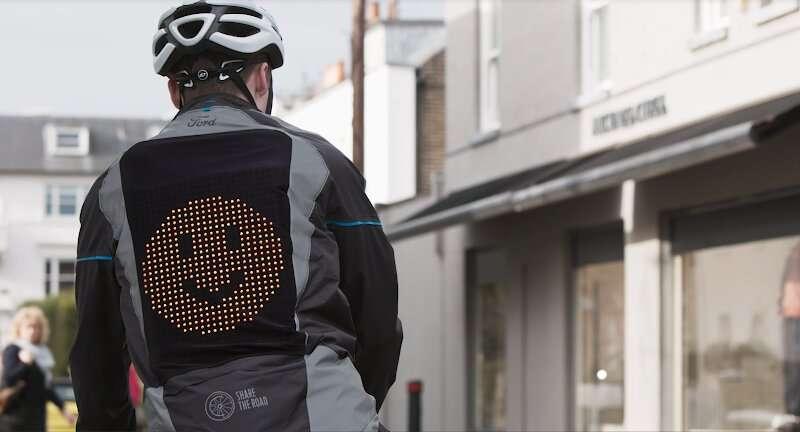 Ford diseñó una campera prototipo que muestra emojis para ayudar a los ciclistas